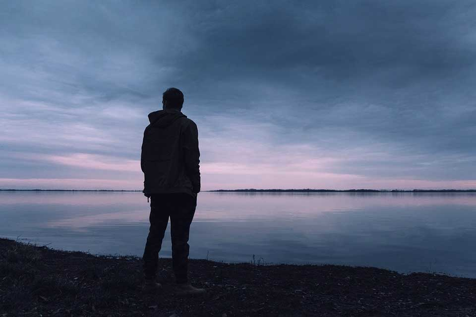 Mann alleine am See